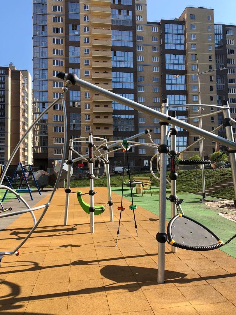 Жилой Комплекс «НЬЮТОН» Двор с прорезиненным травмо безопасным покрытием; новый современный яркий детский комплекс….